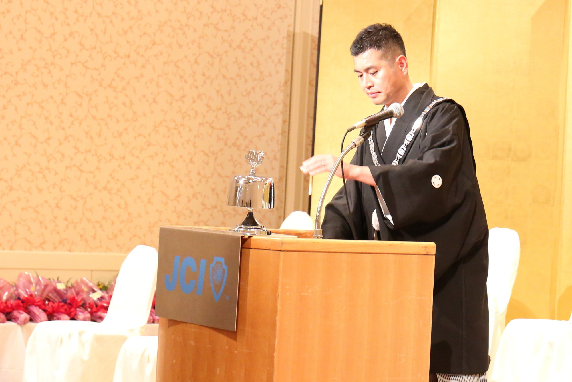 今年度最後の例会の開会の点鐘を鳴らす吉住理事長。吉住理事長も今年度で卒業となる為、袴を着用しています。